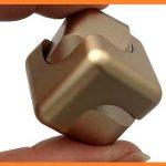 四角いハンドスピナーが回転する仕組みは?値段や販売店についても!